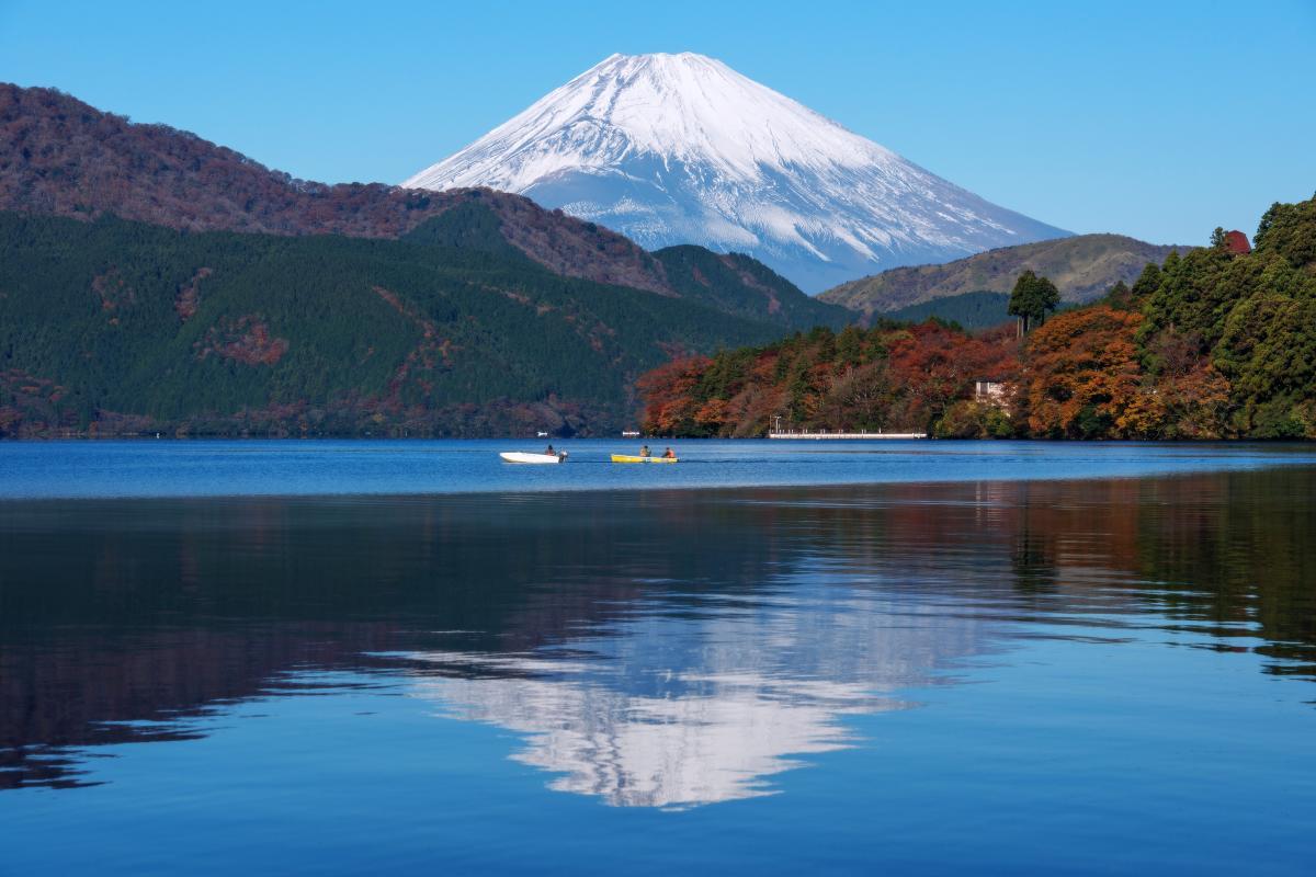 逆さ富士と釣り船 富士山を眺めながらの釣りは気持ち良さそう