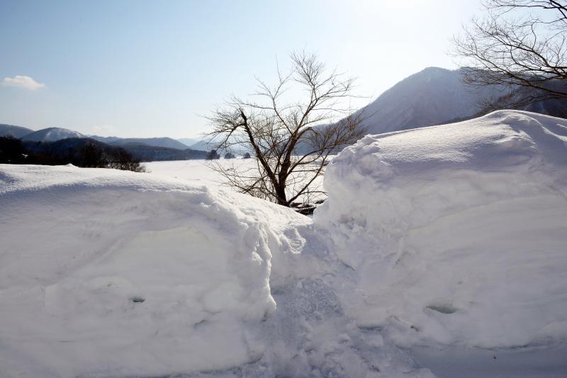 [ 秋元湖の小野川発電所付近の撮影場所 ]  道路わきから湖を一望できる場所に向かいます