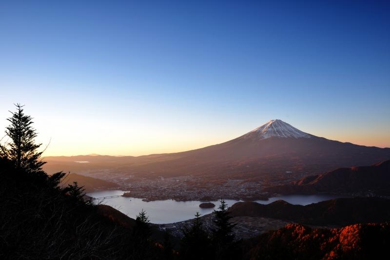 朝日を浴びる富士山と河口湖 |