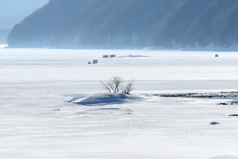 [ 白い隆起 ]  凍った湖面が盛り上がっています