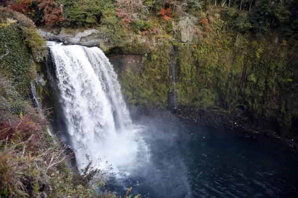 水量豊かな音止めの滝 | 白糸の滝のすぐ側にあります
