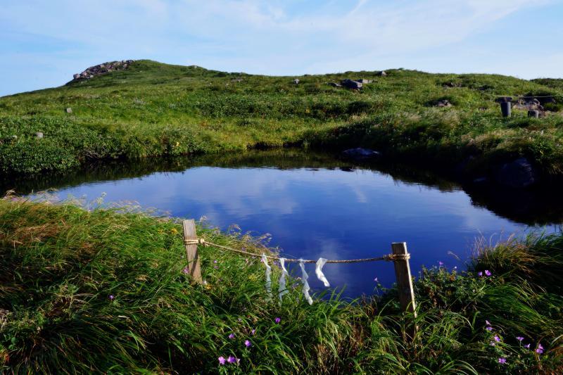[ 空を映して ]  池に映った青い空と雲
