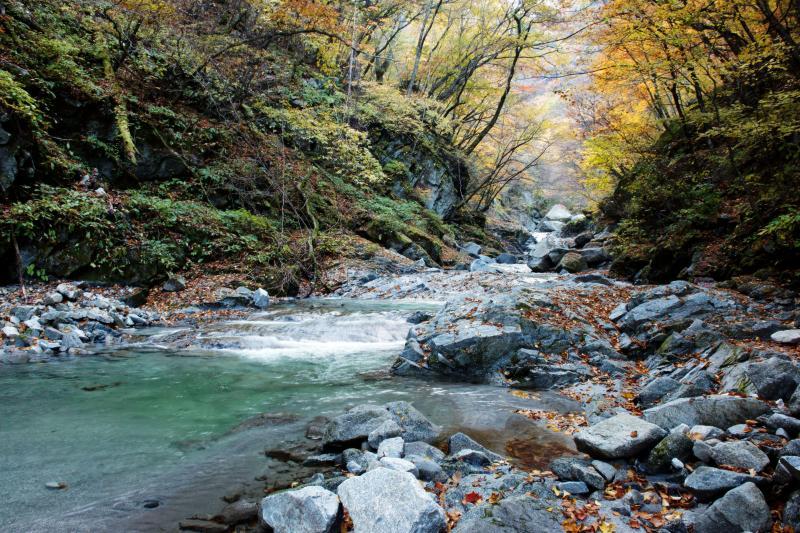 [ 竜洗峡 ]  花崗岩の岩と紅葉が美しい
