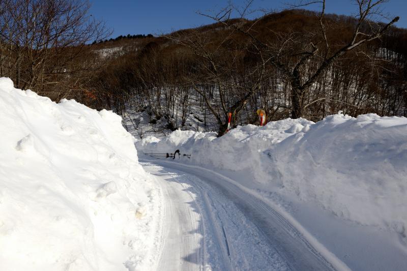 [ 小野川発電所へ向かう道 ]  除雪はされていますが朝は凍結しています