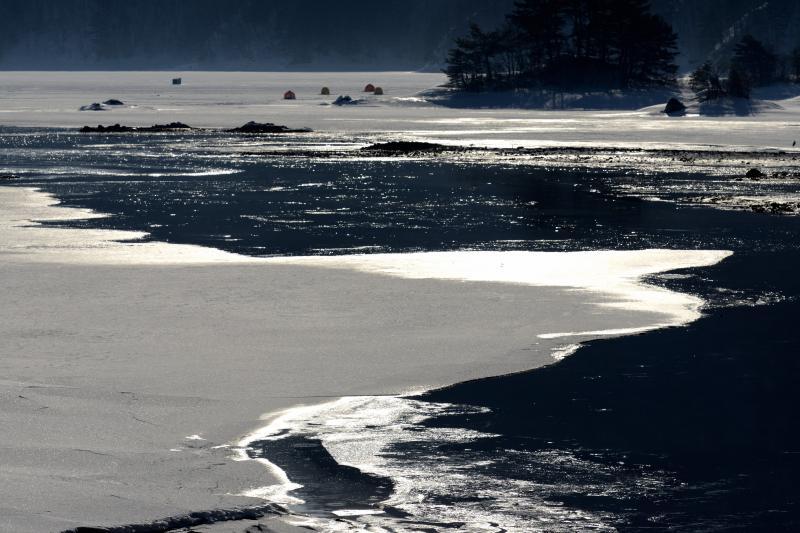 [ 明暗 ]  氷の上の雪の陰影
