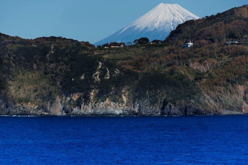 [ 絶壁の上から ]  大きな富士山が見えます