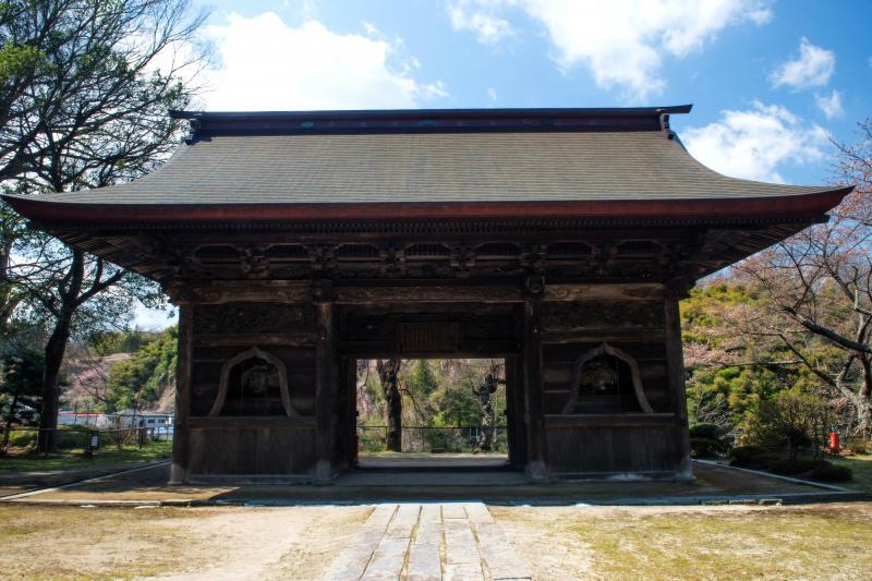 [ 田村大元神社の門 ]  本殿前から見た立派な門