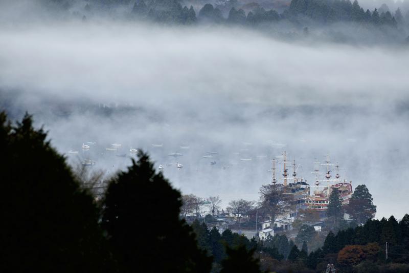 [ 雲の中の海賊船 ]  雲が少し晴れると芦ノ湖の海賊船が姿を現しました