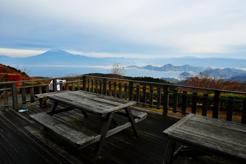 [ だるま山レストハウスのテラス ]  テラスから駿河湾と富士山が見えます