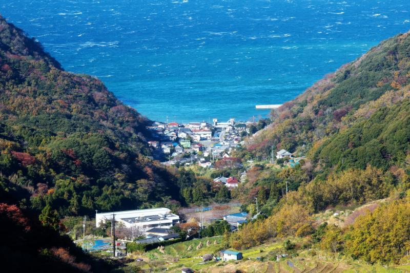 [ 港町とブルーの海 ]  山の谷間の港町とその先に広がる海が綺麗