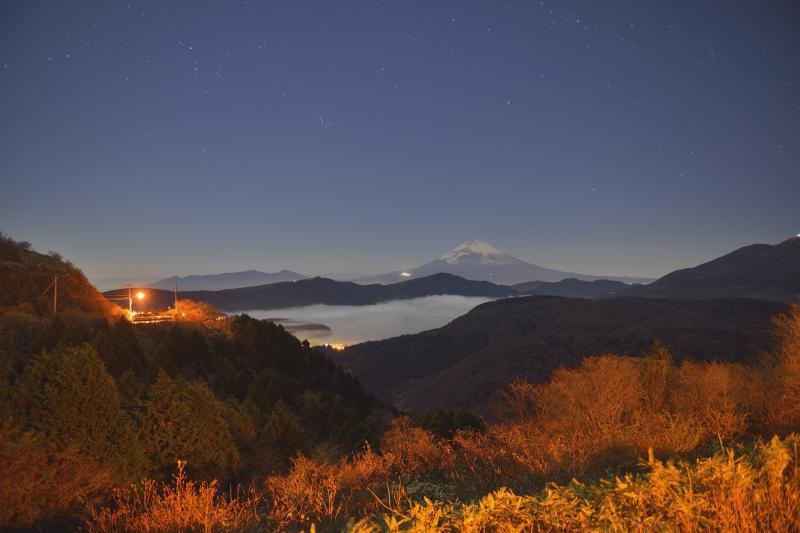 [ 大観山から見た富士山 ]  芦ノ湖の雲海が幻想的です。