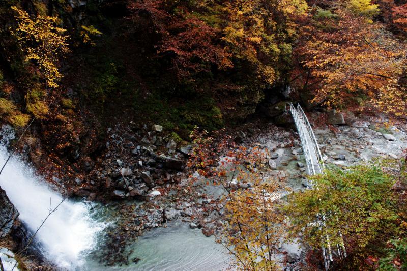 [ 二の滝とアーチ橋 ]  滝と橋が下の方に見えます