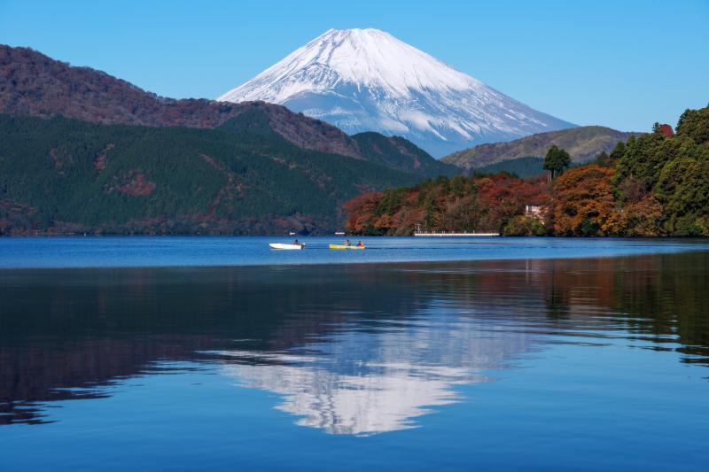 逆さ富士と釣り船 | 富士山を眺めながらの釣りは気持ち良さそう