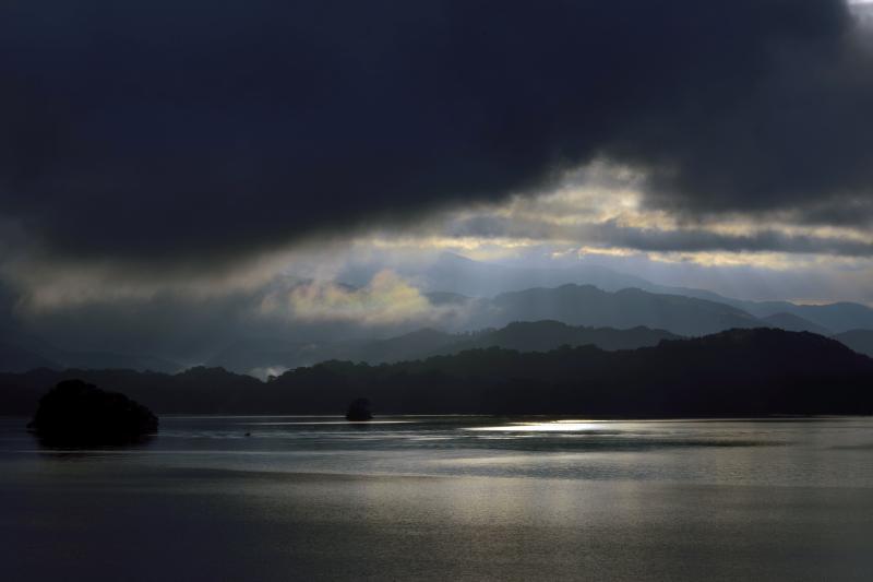 [ 導き ]  ドラマチックな桧原湖の朝