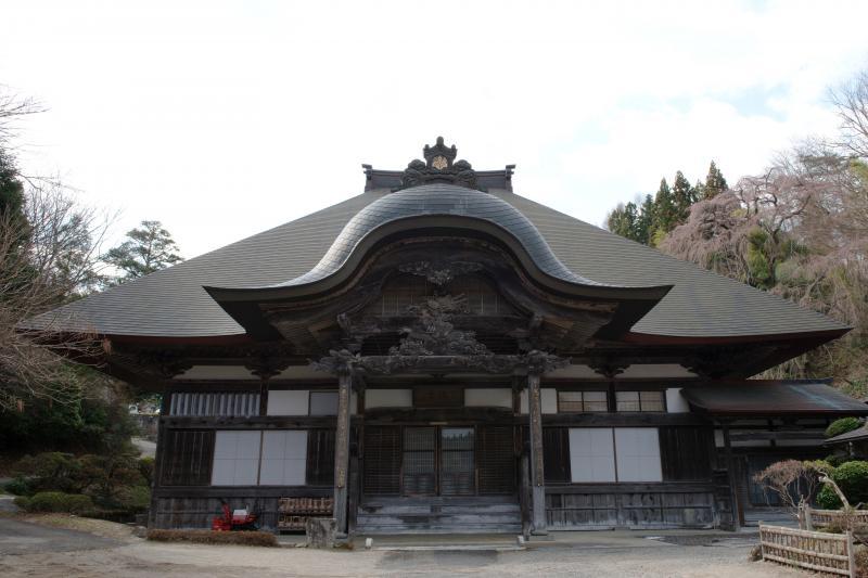 [ 天沢寺の本堂 ]  重厚な造りの本堂。彫刻がすごい。