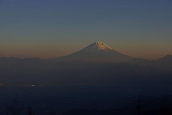 [ 甘利山からの富士山夕景 ]  夕暮れ時、富士山の周りがオレンジ色に