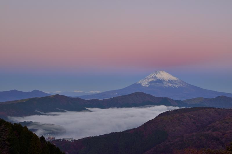 ピンク色に染まる空と富士山 富士山の上の空がピンクに染まりました