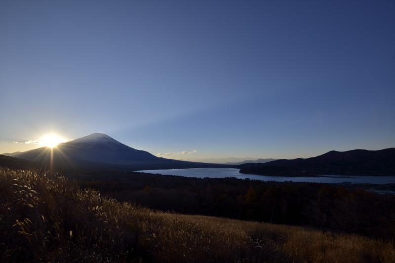 夕暮れの富士山と山中湖 | 富士山の稜線に太陽が沈んでいきます