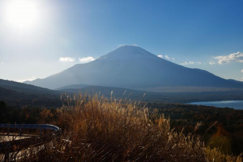 [ 雲の切れ間からの光芒 ]  富士山の稜線の雲から強い光が出ています