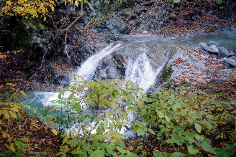 [ 渓流の小さな滝 ]  小さな滝が所々にあります