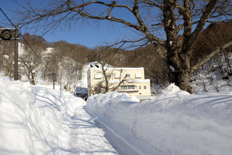 [ 小野川発電所 ]  林道を進むと小野川発電所が現れます