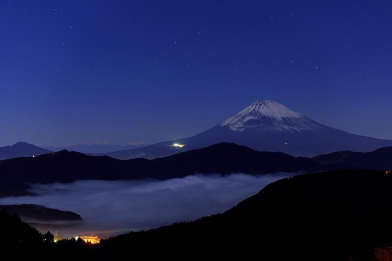 [ 大観山からの富士山と芦ノ湖の雲海 ]  芦ノ湖は雲海で埋まり富士山の上には星空が広がっています