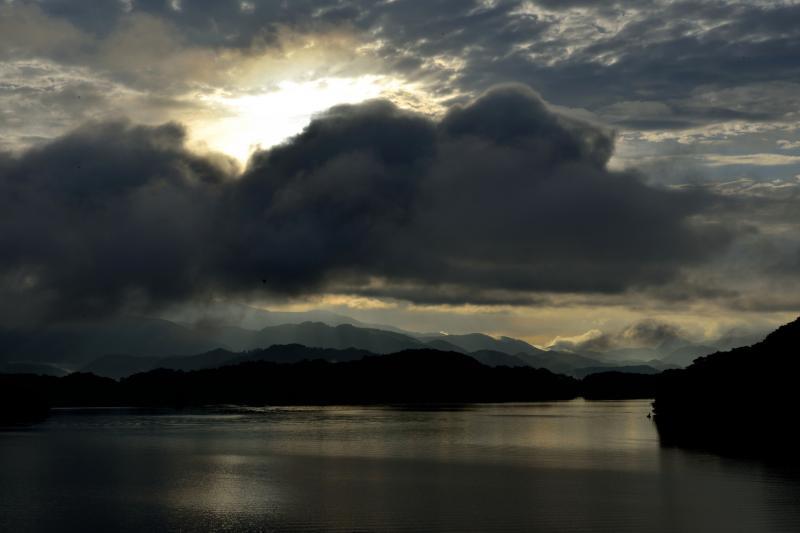 [ 桧原湖の夜明け ]  雲の後ろから太陽が昇ってきます