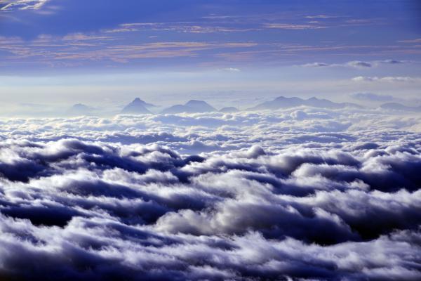 [ 渋峠の大雲海 ]  雲海に赤城・榛名の山々が浮かんでいます。生き生きとした雲が流れていく・・・