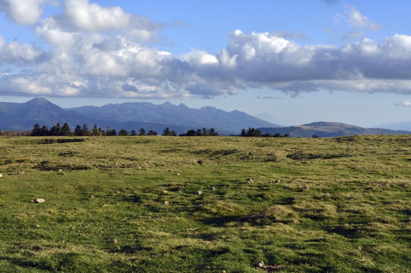 美ヶ原の草原と八ヶ岳・富士山 | 広い草原の先に八ヶ岳と富士山があります