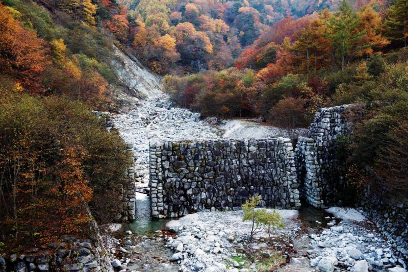 [ 石空川第六ダム ]  綺麗な石垣風のダムです