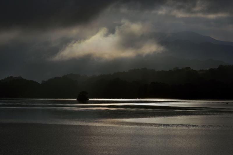 [ 雲間の光芒 ]  桧原湖での光芒