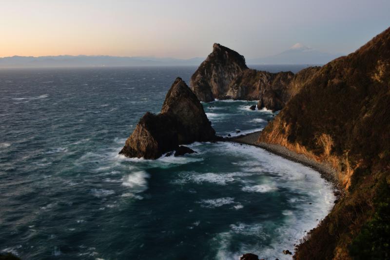 [ 千貫門と富士山と南アルプス ]  駿河湾越しに夕焼けの南アルプスが見えます