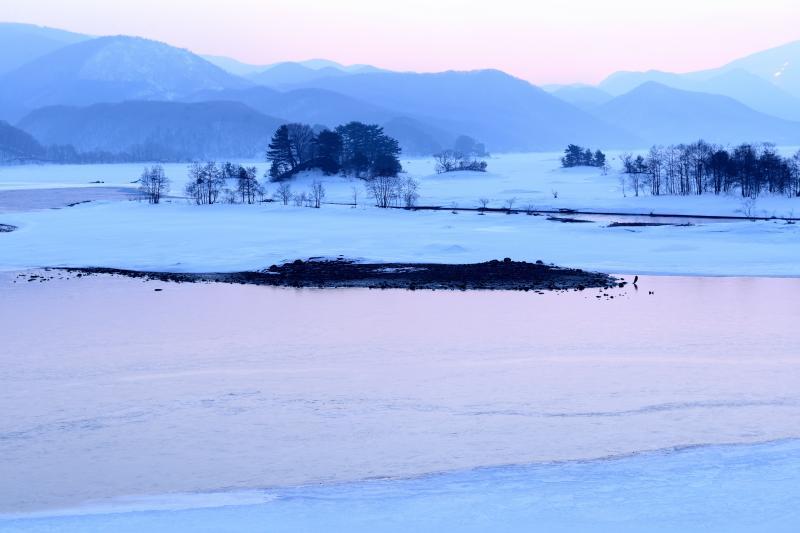 [ 静寂の湖 ]  朝焼けに染まった湖面が美しい