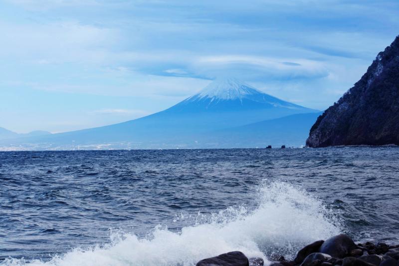 波しぶきと富士山 | 井田の海岸からの富士山