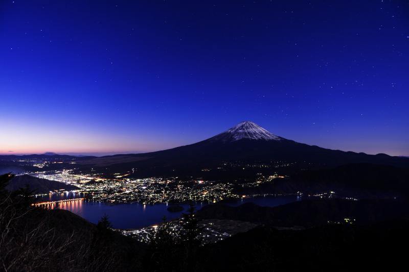 [ 新道峠からの富士山と河口湖 ]  富士山と河口湖と星と街明かり