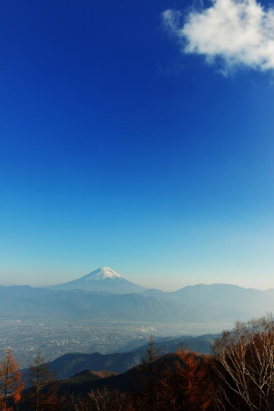 [ 甘利山の秋景色と富士山 No4 ]  青い空に雲が流れてきました