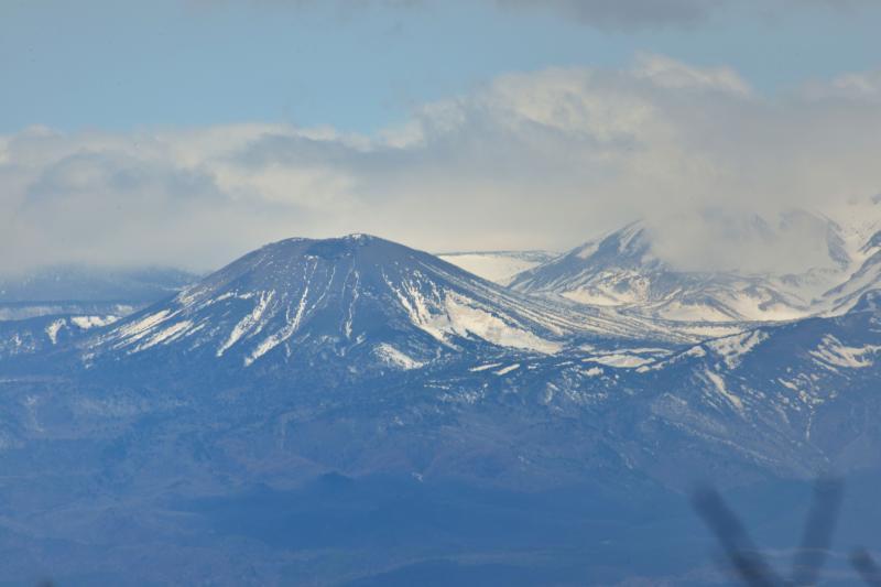 [ 吾妻小富士の雪ウサギ ]  吾妻小富士の右斜面に残る雪はウサギに見えるようです。