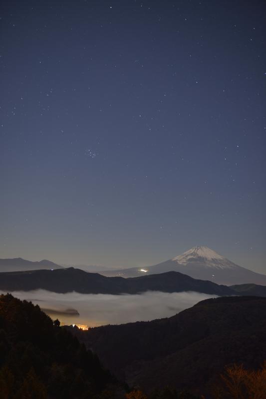 [ 星空に見守られた富士山 ]  夜明け前の芦ノ湖と富士山