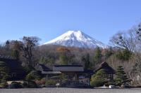 [ 八海庭園 彦兵衛屋敷と富士山 ]  大きな日本庭園があります