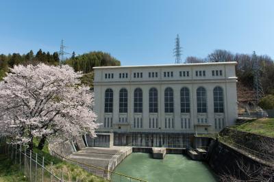 南向水力発電所の桜| レトロな感じの建物です。