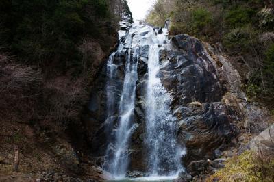 豪快な不動滝  大きな岩盤から水が落ちてきます。