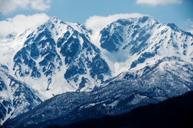 [ 残雪の白馬三山 ]  望遠レンズを使えば迫力の雪山写真が撮れます。