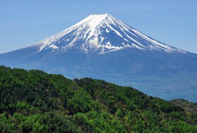 [ 西川新倉林道からの新緑と富士山 ]  旧御坂峠から三つ峠山への登り口方面に進み、さらに林道を長く走り続けます。 富士山と河口湖の眺望が素晴らしい。