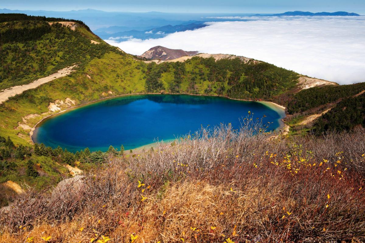 魔女の瞳と雲海 ブルーの瞳に迫り来る雲海。遠くには蔵王連峰が見える。