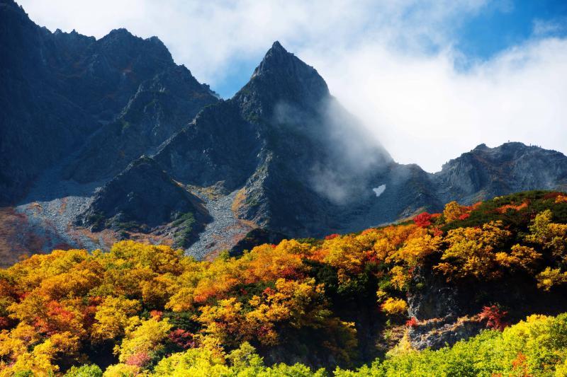 [ 天を突く涸沢槍 ]  涸沢カールで最も印象的な山