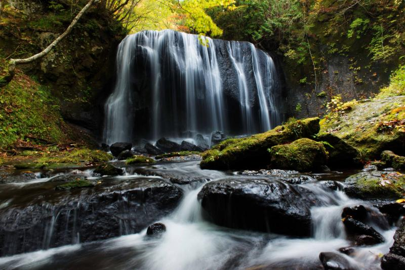 達沢不動滝 紅葉 繊細な流れが美しい滝