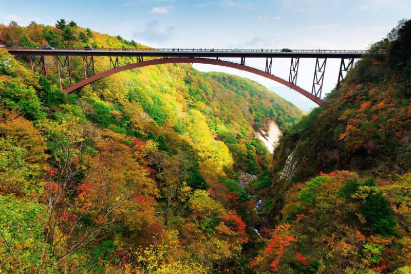 [ 紅葉の谷に架かるアーチ ]  不動沢橋から下を見ると素敵な世界が。