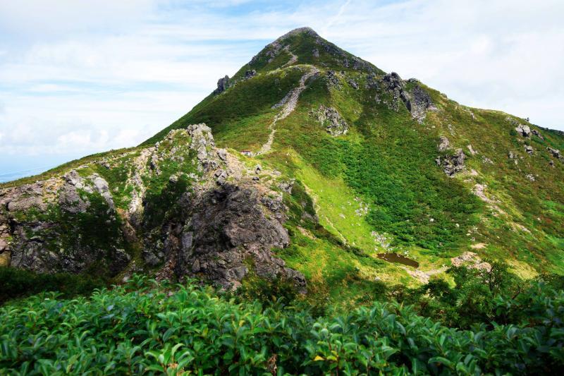 [ 夏の終わりの岩木山 ]  緑と岩のバランスが良い山です。