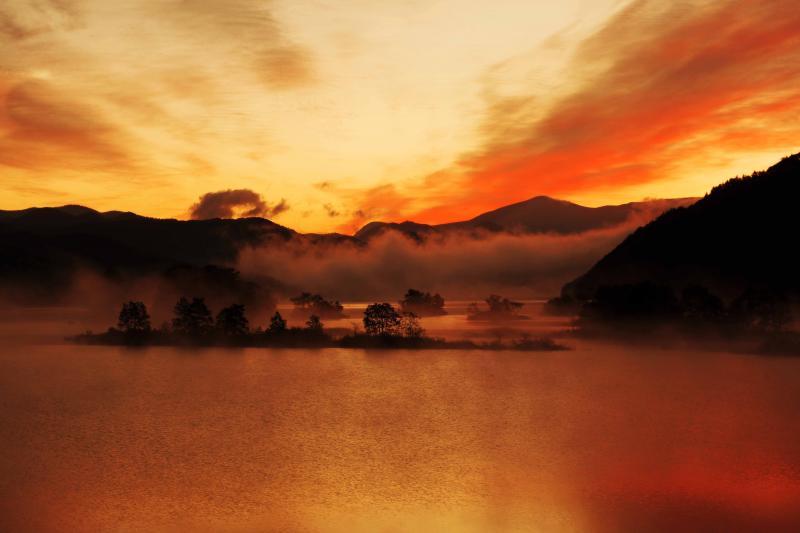 [ 真っ赤に燃える空と湖 ]  適度な雲があり真っ赤に焼けました。