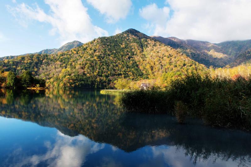 [ 湯ノ湖に映る青い空 ]  青い空と山が湖面に映っています。